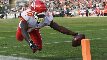 Tyreek Hill returns, scores 2 TDs in Chiefs' loss vs. Texans